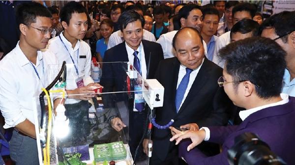 Thủ tướng Nguyễn Xuân Phúc gặp gỡ đại diện các startup VIệt Nam tại Diễn đàn Thanh niên khởi nghiệp.