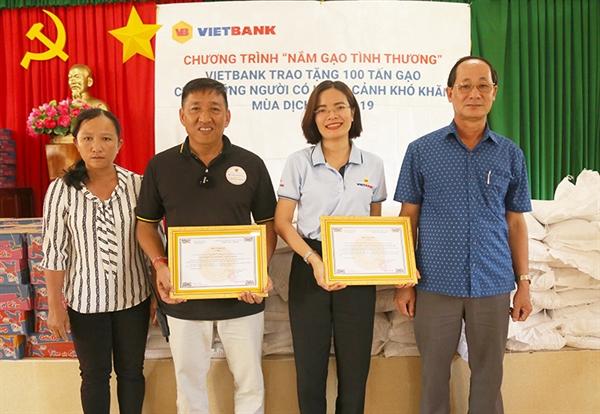 Ông Lê Văn Nên – Phó chủ tịch UBND huyện Đức Huệ, tỉnh Long An (ngoài cùng bên phải) trao thư cảm ơn Vietbank