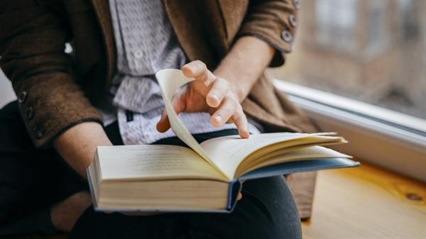 Đọc sách là thói quen giúp bạn chăm sóc bộ não. Ảnh: TechTalk.