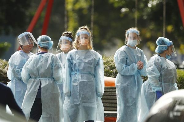 Công nhân Úc trong các thiết bị bảo vệ cá nhân được nhìn thấy tại Melbourne vào ngày 7 tháng 7. Nguồn ảnh: Asia Pac.