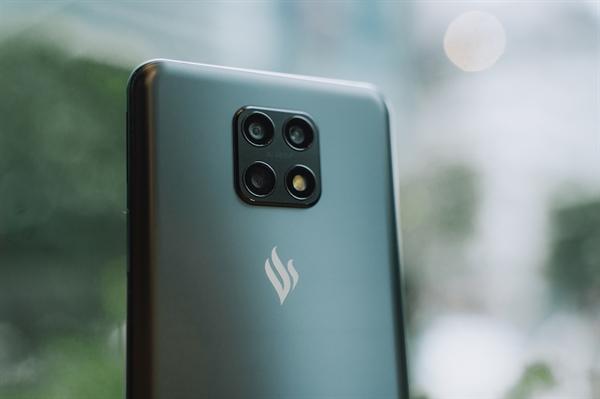 Ảnh 1: Cụm camera và flash được bố trí lạ mắt trên chiếc điện thoại Vsmart Aris 5G