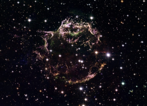Cassiopeia A đầy màu sắc là tàn dư siêu tân tinh trong chòm sao Cassiopeia. Khác với hệ mặt trời của chúng ta, Cassiopeia A là nguồn phát xạ vô tuyến mạnh nhất trên bầu trời.
