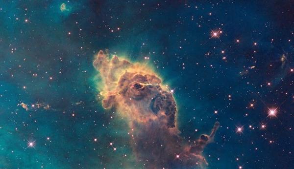 Trụ cột này nằm trong Tinh vân Carina nằm cách Trái đất 7.500 năm ánh sáng. Thân voi màu cam là một đám mây khí và bụi khổng lồ.
