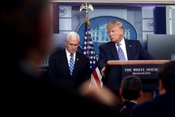 Tổng thống Donald Trump cùng với Phó Tổng thống Mike Pence dẫn đầu cuộc họp báo cáo về phản ứng COVID-19 tại Nhà Trắng vào ngày 23 tháng 3 năm 2020. Nguồn ảnh: Reuters.