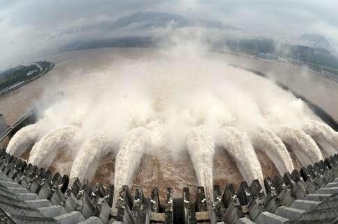Nước được xả ra từ đập Tam Hiệp để hạ thấp mực nước trong hồ chứa ở Yichang vào năm 2010. Nguồn ảnh: Reuters.