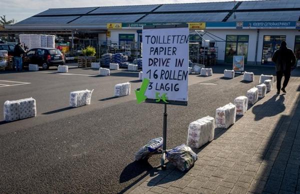 Người mua hàng phải đi lối đi riêng để mua giấy vệ sinh trong siêu thị. Nguồn ảnh: The Sentinel.