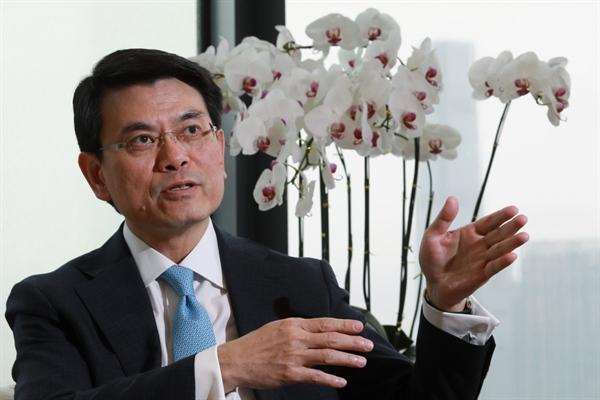 """Khi được hỏi liệu sự ra đi của Google, Facebook và Twitter có là một ngày tồi tệ trong văn phòng đối với ông, ông Edward Yau chia sẻ: """"theo thời gian, bức tranh sẽ trở nên rõ ràng hơn đối với các công ty công nghệ khi tòa án đưa ra phán quyết liên quan đến luật an ninh"""". Nguồn ảnh: SCMP."""