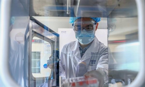 Một nhân viên lấy mẫu vaccine chống COVID-19 tại nhà máy sản xuất vaccine của Tập đoàn dược phẩm quốc gia Trung Quốc (Sinopharm) tại Bắc Kinh, ngày 11.4.2020. Nguồn ảnh: Tân Hoa Xã.