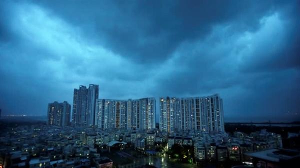 Những đám mây bão trên Thâm Quyến sau cơn bão năm 2018: Đông Á đã hứng chịu một loạt các thảm họa thời tiết trong những năm gần đây. Nguồn ảnh: Reuters.