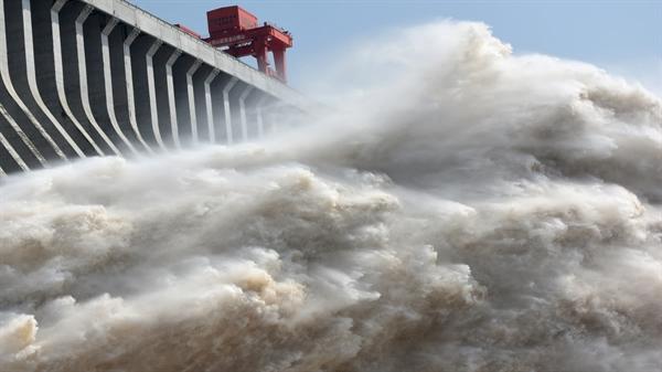 Đập Tam Hiệp của Trung Quốc trên sông Dương Tử xả nước để hạ thấp mực nước trong hồ chứa sau mưa lớn và lũ lụt trên khắp đất nước, tại Yichang, tỉnh Hồ Bắc vào ngày 15.7. Nguồn ảnh: Reuters.