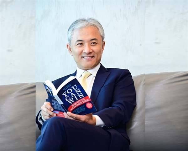 """""""Chúc mừng người dân Việt Nam đã vững tin và cùng nhau chiến đấu với đại dịch. Bài toán bây giờ là làm sao để nhân sự tiếp tục tham gia vào các hoạt động kinh tế, trong khi vẫn bảo đảm an toàn cho họ."""" – Ông Jacky Kang chia sẻ."""