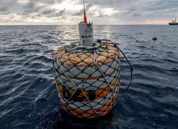 Sử dụng trí thông minh nhân tạo (AI) để cứu quần thể cá: một chiếc phao được trang bị bộ tiếp sóng theo dõi thu thập dữ liệu đánh bắt cá ngoài khơi Tây Phi. Nguồn ảnh: Green Peace.
