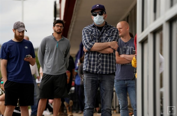 Những người mất việc chờ xếp hàng tại Trung tâm lực lượng lao động Arkansas ở Fayetteville, Arkansas để nộp đơn xin thất nghiệp sau khi dịch COVID-19 bùng phát. (Ảnh minh họa: Reuters)