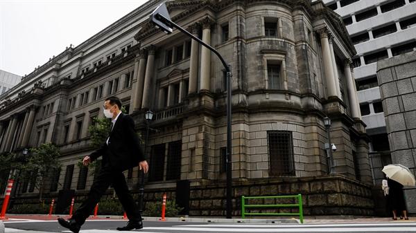Trụ sở của Ngân hàng Nhật Bản tại Tokyo: Ngân hàng trung ương đã quyết định giữ nguyên các công cụ chính sách chính. GDP của Nhật Bản sẽ giảm 4,7% trong năm tài khóa 2020 Nguồn ảnh: Reuters.