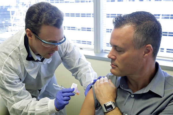 Những người tình nguyện sẽ nhận hai mũi tiêm vaccine 100 microgam hoặc giả dược cách nhau khoảng 28 ngày. Nguồn ảnh: AP.