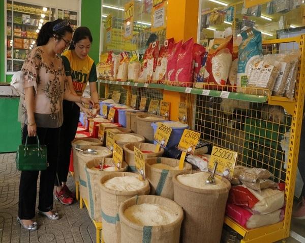 Quầy lớn bán đủ loại gạo xá 3 miền