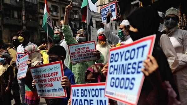 Người biểu tình kêu gọi tẩy chay hàng hóa do Trung Quốc sản xuất tại Mumbai vào tháng 6 sau cuộc đụng độ biên giới giữa Ấn Độ và Trung Quốc. Nguồn ảnh: AP.