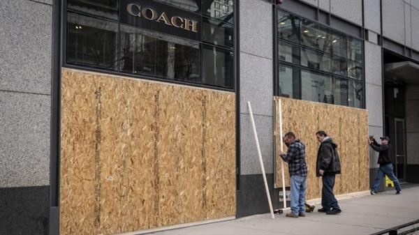 Công nhân đang sửa chữa ở một cửa hàng Coach trên Đại lộ Michigan ở Chicago, Mỹ. Nguồn ảnh: Bloomberg.