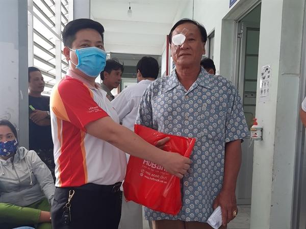 Cán bộ nhân viên HDBank thăm hỏi tặng quà bệnh nhân nghèo.