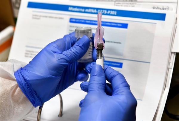 Chính quyền Trump đang cung cấp hàng tỉ USD viện trợ cho các công ty dược phẩm và công nghệ sinh học. Nguồn ảnh: AP.
