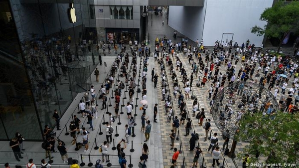 Dòng người xếp hàng dài tại một cửa hàng Apple mới khai trương ở Sanlitun vào tháng 7, cho thấy nền kinh tế của Trung Quốc đang trên đường phục hồi. Nguồn ảnh: Deutsche Welle.