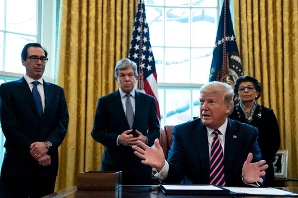 Hàng triệu USD tiền đóng thuế của người Mỹ chảy vào túi Trung Quốc từ Chương trình Bảo vệ Tiền lương 660 tỉ USD nhằm cứu cánh cho các doanh nghiệp nhỏ đang gặp khó khăn ở Mỹ. Nguồn ảnh: The New York Times.