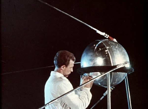Một kỹ thuật viên Liên Xô làm việc trên Sputnik 1, năm 1957. Nguồn ảnh: UIG.