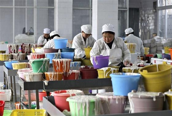 Công nhân phân loại ruột lợn trong một nhà máy ở Trung Quốc. Màng nhầy từ ruột được nấu chín để tạo ra một chất khô được gọi là heparin thô, bước đầu tiên trong quá trình sản xuất loại thuốc được gọi là Heparin. Nguồn ảnh: Bloomberg.