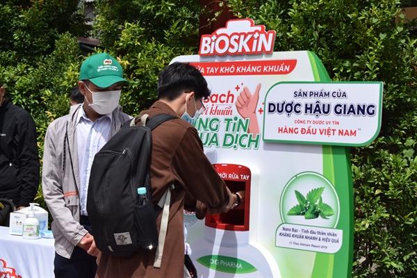 Thí sinh rửa tay bằng gel rửa tay kháng khauarn Bioskin trước khi vào phòng làm thủ tục dự thi tốt nghiệp Trung học Phổ thông.