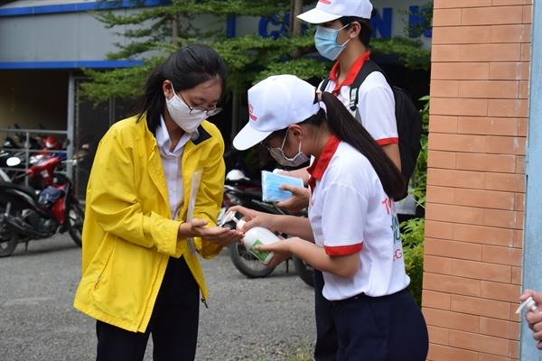 Tình nguyện viên của Dược Hậu Giang hỗ trợ các thí sinh rửa tay bằng gel rửa tay kháng khuẩn Bioskin.