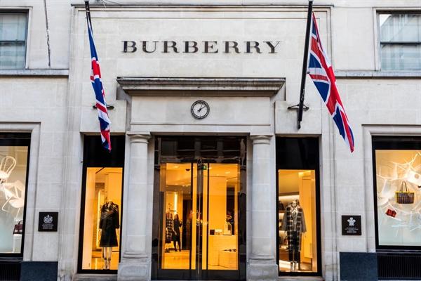 Burberry là một trong những thương hiệu thời trang cao cấp mới nhất công bố các mục tiêu bền vững tích cực hơn. Nguồn ảnh: Barrons.