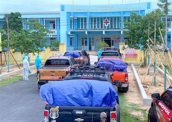 Members of a Da Nang pickup truck enthusiasts club deliver food packs to hospitals. Photo: Vinh Tranh