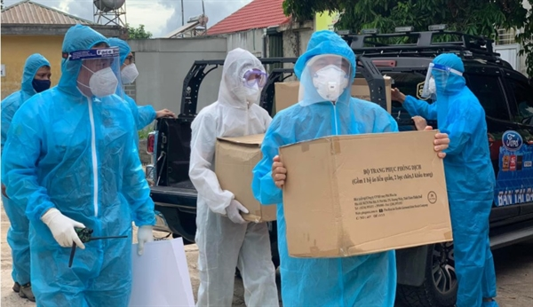 Volunteers deliver supplies to hospitals amid a second coronavirus wave in Vietnam. Photo: Vinh Tranh