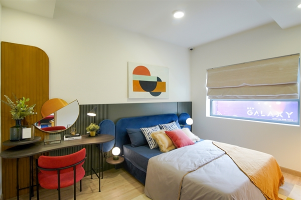 Không gian phòng ngủ ấm cúng và hiện đại.