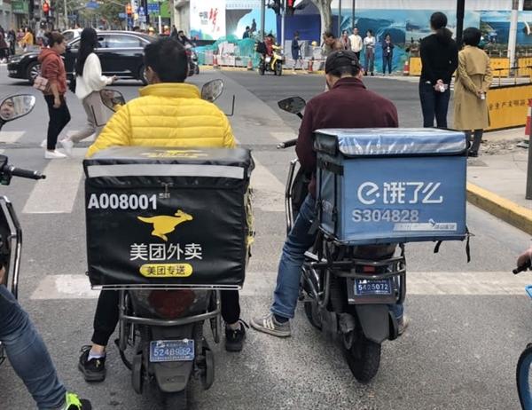 Khoảng cách giữa nền tảng giao hàng Ele.me của Alibaba và đối thủ Meituan ngày càng rộng. Nguồn ảnh: Nikkei Asian Review.
