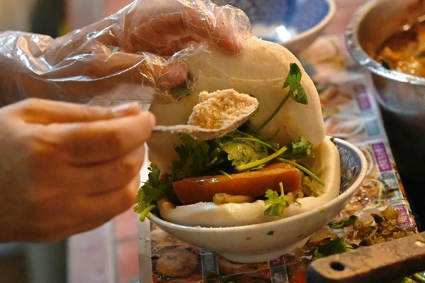 Trong tiếng Đài Loan, bánh bao hấp được biết đến với cái tên guabao là một loại bánh hấp hình tròn, được gấp đôi và nhồi thịt kho, rau muối, rau mùi và đậu phộng. Nguồn ảnh: AFP.