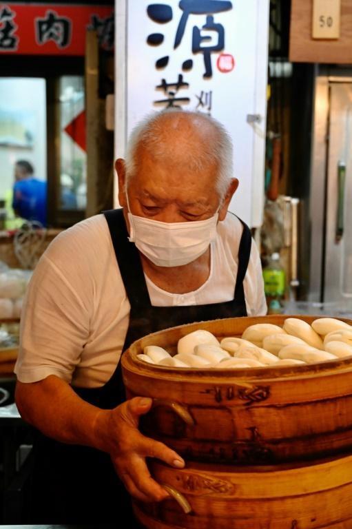 Dù đã 80 tuổi, Đầu bếp tự học Wu Huang-yi hàng ngày vẫn đi chợ vào lúc 5 giờ sáng để tự tay lựa chọn món thịt ba chỉ mà ông sẽ hầm hàng giờ trong sự pha trộn nguyên liệu đặc biệt của mình. Nguồn ảnh: AFP.