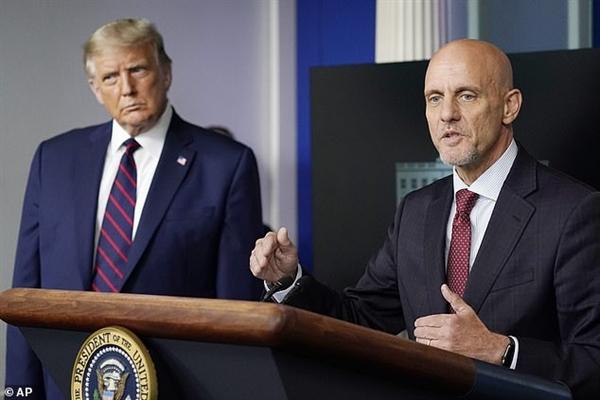 FDA đang cố gắng làm tổn thương ông Trump về mặt chính trị bằng cách kéo dài việc phê duyệt các loại vaccine và phương pháp điều trị COVID-19 mới. Nguồn ảnh: AP.