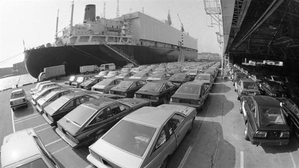 Những chiếc ô tô chở khách xuất khẩu của Nhật tại bến cảng Yokohama vào tháng 1.1983: những năm 1980 đã kết thúc từ lâu. Nguồn ảnh: AP.