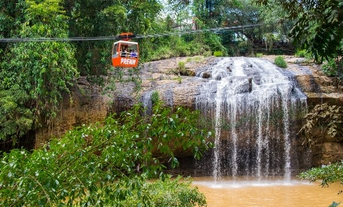 Prenn Falls is one of the premium attractions in Da Lat and soars to a height of 10 meters. It has an area of 160 ha, of which the pine forest and primitive trees make up 90% of the area.
