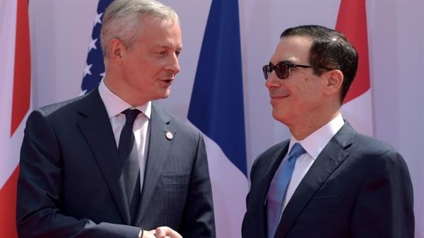 Bộ trưởng Tài chính và Kinh tế Pháp Bruno Le Maire (bên trái) chào đón Bộ trưởng Tài chính Mỹ Steven Mnuchin. Nguồn ảnh: CNBC.