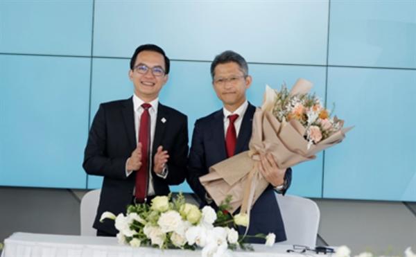 Ông Trần Quốc Việt, Chủ tịch Hội đồng quản trị kiêm Tổng Giám đốc Tập đoàn Địa ốc Cát Tường (trái) và ông Tetsuya Fujimoto, Trưởng đại diện Công ty Toray Industries tại Việt Nam kiêm Giám đốc đối ngoại của Công ty TNHH TOP TEXTILES (phải)