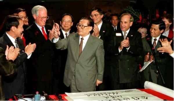 """Chủ tịch Trung Quốc Giang Trạch Dân trong cuối chuyến công du năm 1997 tại Bell Labs ở Murray Hill, New Jersey, Mỹ gặp gỡ các giám đốc điều hành của Lucent Technologies với thông điệp: """"Để bắt đầu một chân trời mới trong hợp tác công nghệ cao"""". Nguồn ảnh: AFP."""