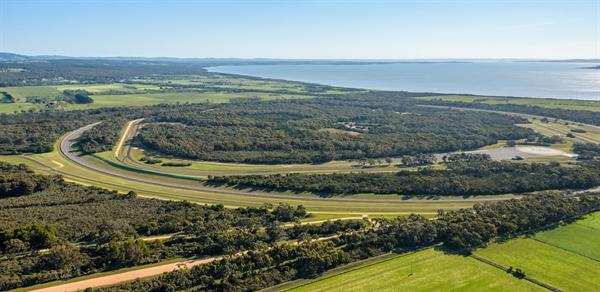 Theo thỏa thuận, VinFast cam kết sẽ duy trì công tác bảo vệ môi trường, thảm thực vật nguyên thủy và cảnh quan thiên nhiên tại địa phương, đồng thời, tiếp tục cho tổ chức các hoạt động chăm sóc đất đai cộng đồng.