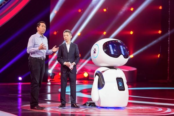 Nhà khoa học chính Andrew Ng tại Baidu Research ở Thung lũng Silicon cùng với robot thông minh Xiaodu. Nguồn ảnh: Baidu.
