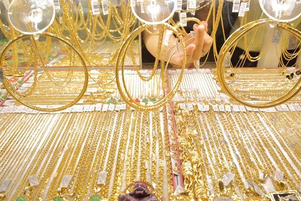Trên thị trường thế giới, sáng 14.9 (theo giờ Việt Nam), giá vàng được giao dịch quanh ngưỡng 1.946 USD/oz, tăng 5,4 USD/oz so với phiên giao dịch trước đó. Ảnh: QH