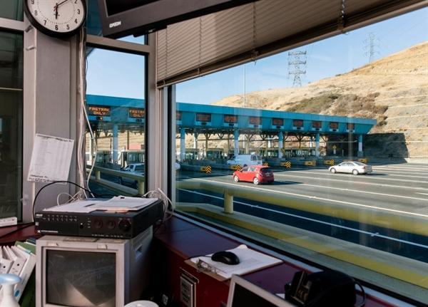 Trạm thu phí Cầu Carquinez ở Vallejo, California, không có người thu phí. Đây là kết quả của quyết định của tiểu bang về việc tự động hóa công việc khi bắt đầu đại dịch COVID-19. Nguồn ảnh: TIME.
