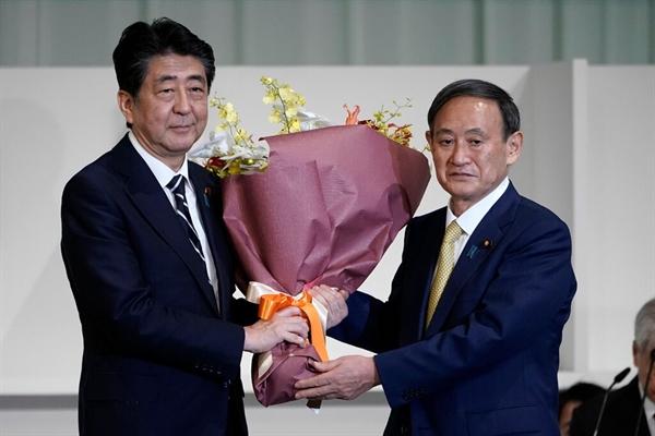 Cựu Thủ tướng Shinzo Abe và tân Thủ tướng Yoshihide Suga sau cuộc bỏ phiếu. Nguồn ảnh: The New York Times.