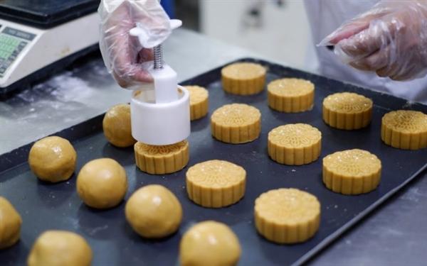Sau khi được nhồi nhân, bánh sẽ được đưa tạo khuôn thủ công.