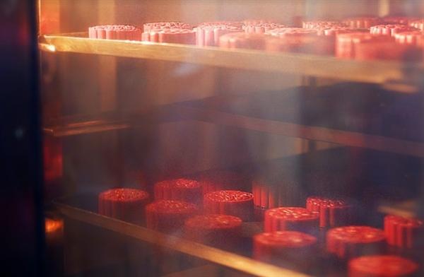 Các mẻ bánh được đưa vào nướng ở nhiệt độ quy định. Lò nướng và mọi máy móc, thiết bị đều rất hiện đại, được vệ sinh vô cùng sạch sẽ.